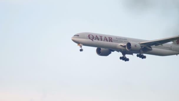 Qatar Boing 777 nähert sich