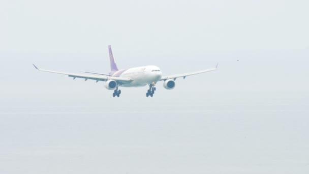 Airbus 330 nähert sich über Ozean