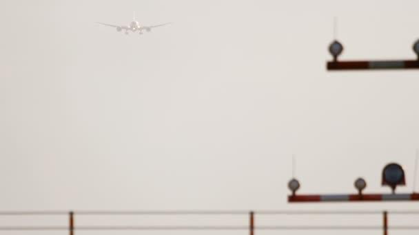 Widebody letadla při východu slunce