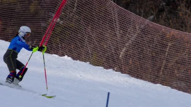 Mladá žena lyžař v závodě školení
