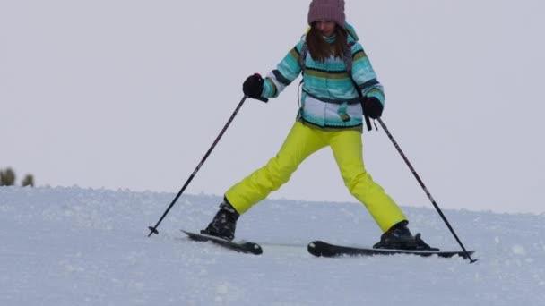 Lyžař amatérské dívka z kopce