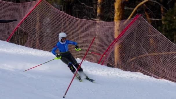 Junge Skirennfahrerin im Trainingslauf