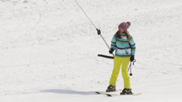Dívka amatérské lyžaře na výtah