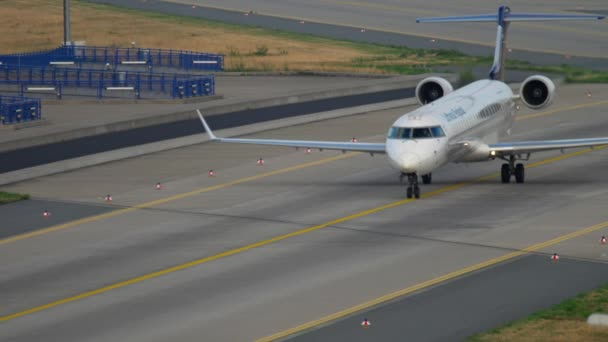 Bombardier CRJ-900 taxiing after landing