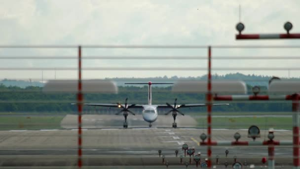 Turboprop-Flugzeug bremst nach Landung