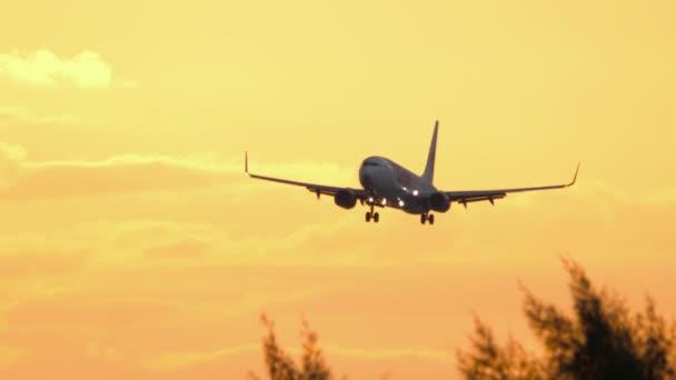 Flugzeug mit 737 im Anflug