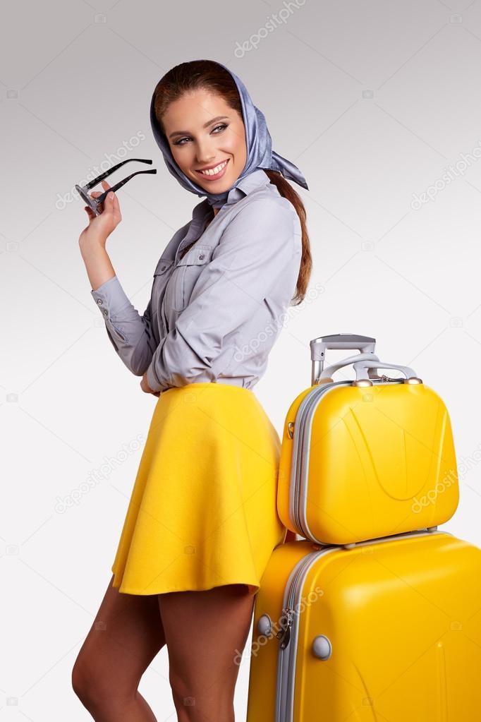 Парень вынимает девушку из чемодана