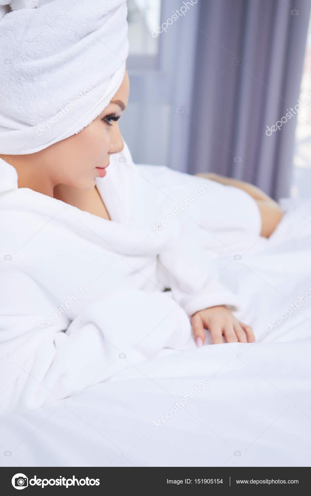 une femme dans un peignoir et une serviette sur sa t te photographie zoomteam 151905154. Black Bedroom Furniture Sets. Home Design Ideas