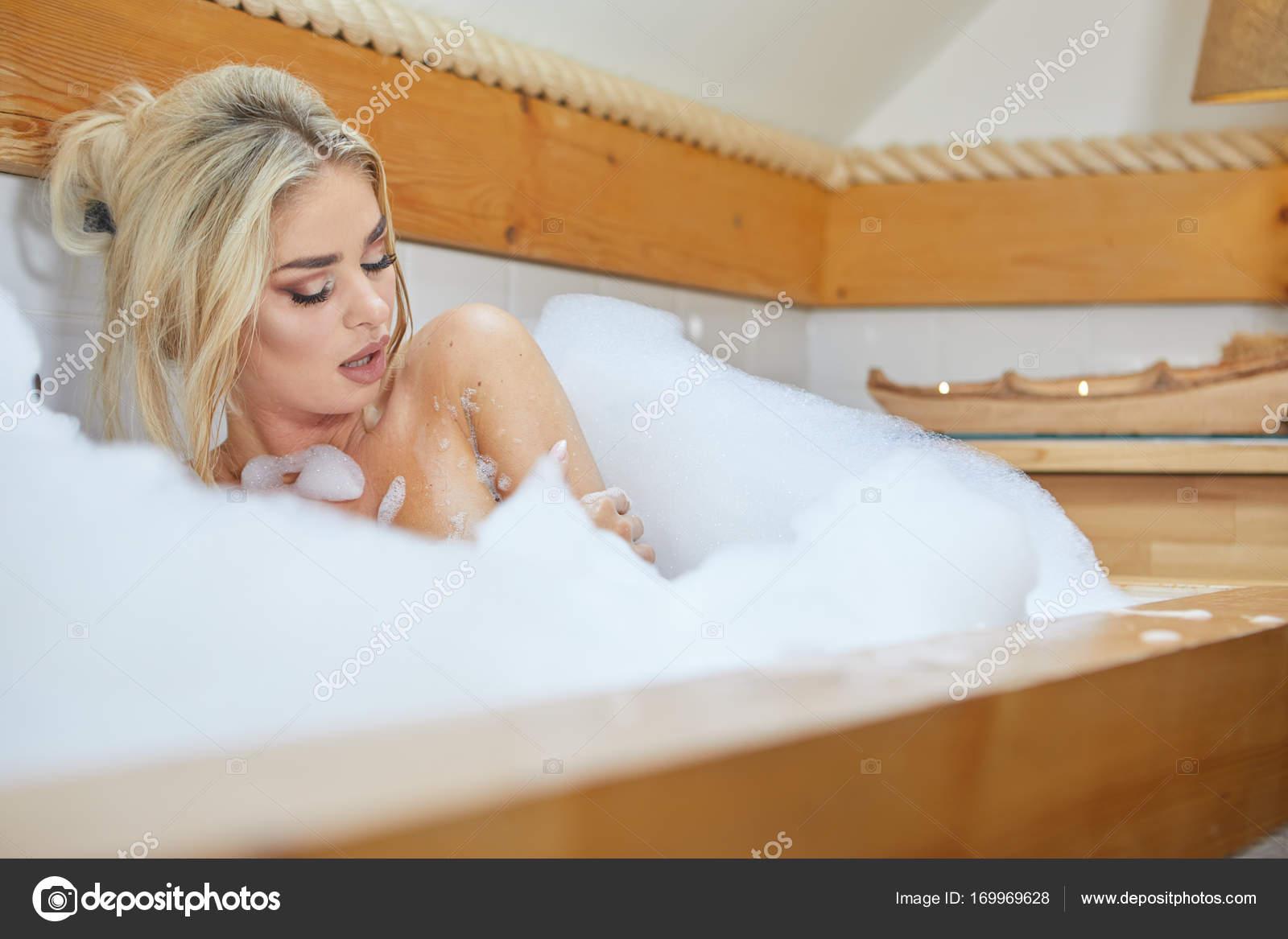 Vasca Da Bagno Relax : Giovane donna giocando con la schiuma nella vasca da bagno u2014 foto