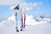 Žena lyžař v bílém léčené, s maskou v zimním zimního mounu