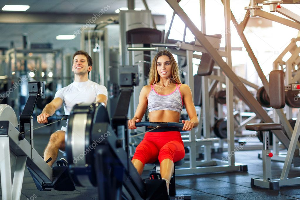 Erkek spor salonunda standart eğitim programı