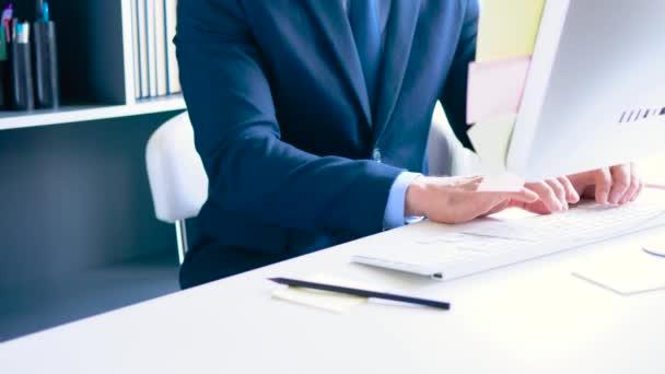 bärtige formell gekleidete Geschäftsleute, die im Büro arbeiten