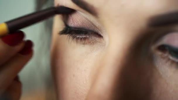 Oční make-up žena použití eyeshadow prášek. Dokonalé nahé líčení