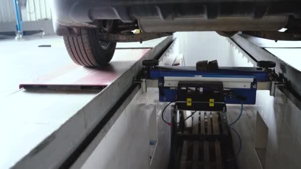 Auto stojí na čerpací stanici