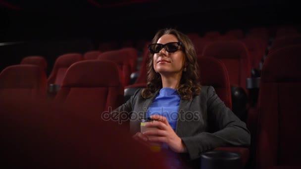Fiatal nő órák film 3D-s mozi és italok kávé, nézett a képernyőn: