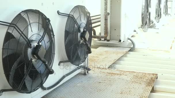 große Klimaanlage auf dem Dach eines Geschäftshauses