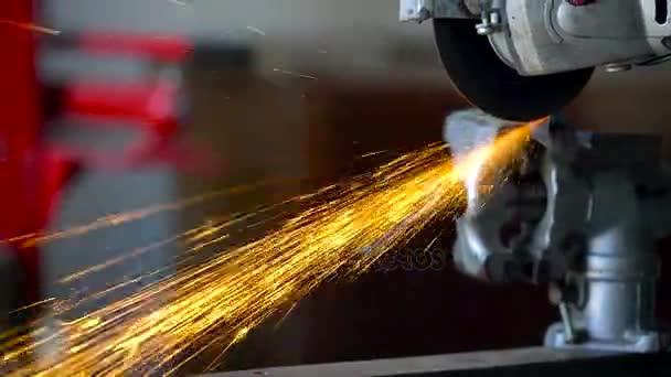 Eckige Schleifmaschine Ist Das Metall Schneiden Stockvideo