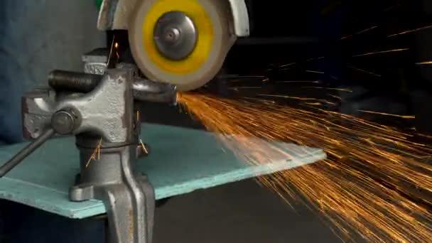 Arbeiter Mit Eckigen Schleifmaschine Ist Das Metall Schneiden