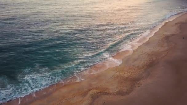 Nézd a magasságban, elhagyatott tengerparton. Az Atlanti-óceán portugál tengerpar