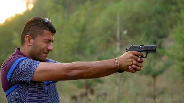 gros homme armé