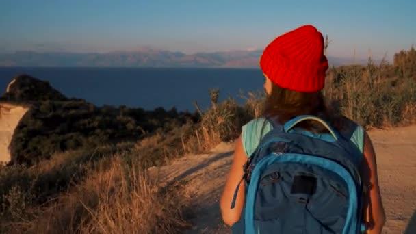 Frau mit einem Rucksack geht es um das Kap Drastis auf Korfu in Griechenland