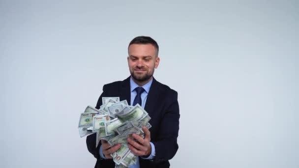 Člověk je páchnoucí, hází a má klesající dolarové bankovky