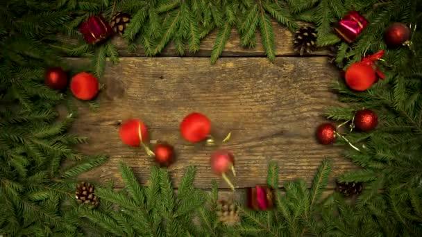 Vánoční dekorace na dřevěné pozadí s větvemi jedlí a šišky připraven pro váš návrh. Zimní svátky pozadí