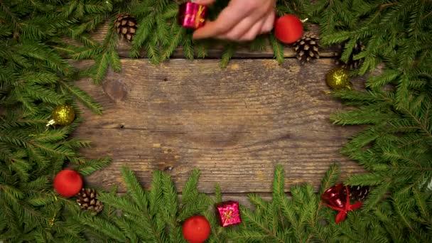 Decorazioni In Legno Per Albero Di Natale : Mani delle donne creano una decorazione di natale. rami di albero di
