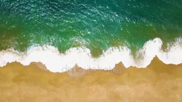 Pohled shora na opuštěné pláži. Portugalské pobřeží Atlantského oceánu