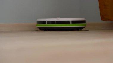 Fußboden Roboter ~ Staubsauger roboter der einen hölzernen fußboden reinigt
