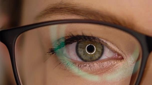 Makro detail očí v brýlích bliká