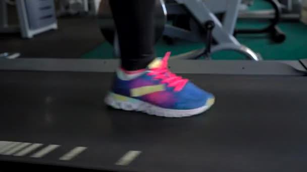 Frau läuft auf Laufband in Fitnessstudio