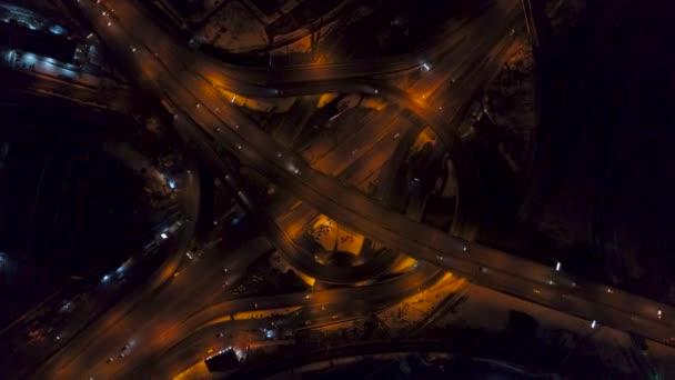 Vertikální pohled shora dolů leteckého provozu na dálnici výměnu v noci, rychlé rychlosti