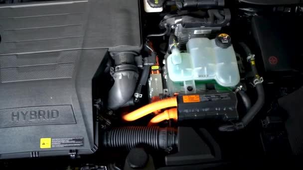 Auto hybridní motor detail