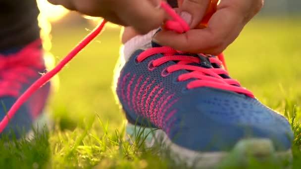 Laufschuhe - Frau bindet Schnürsenkel. Zeitlupe