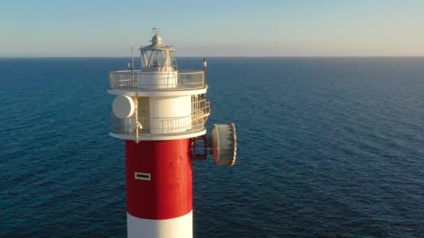 Pohled z výšky na detailní záběr majáku. Oceán na pozadí. Maják Faro de Rasca, Tenerife, Kanárské ostrovy, Španělsko.