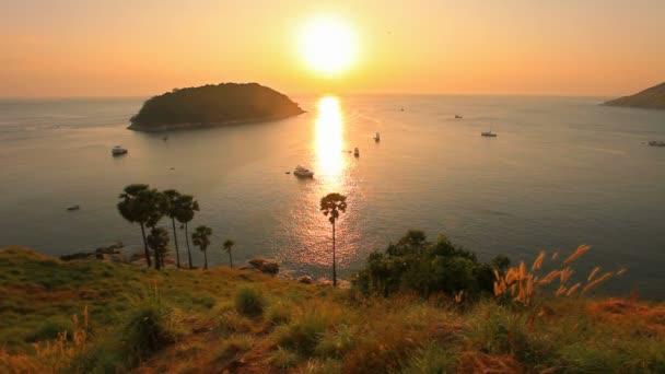 panoramatický pohled na západ slunce moře