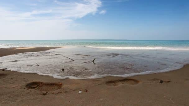 gyönyörű trópusi tengerparton, kilátással a tengerre, tiszta víz  kék ég. természet háttér