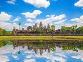 Photo Front view of Angkor Wat agaist blue cloudy sky