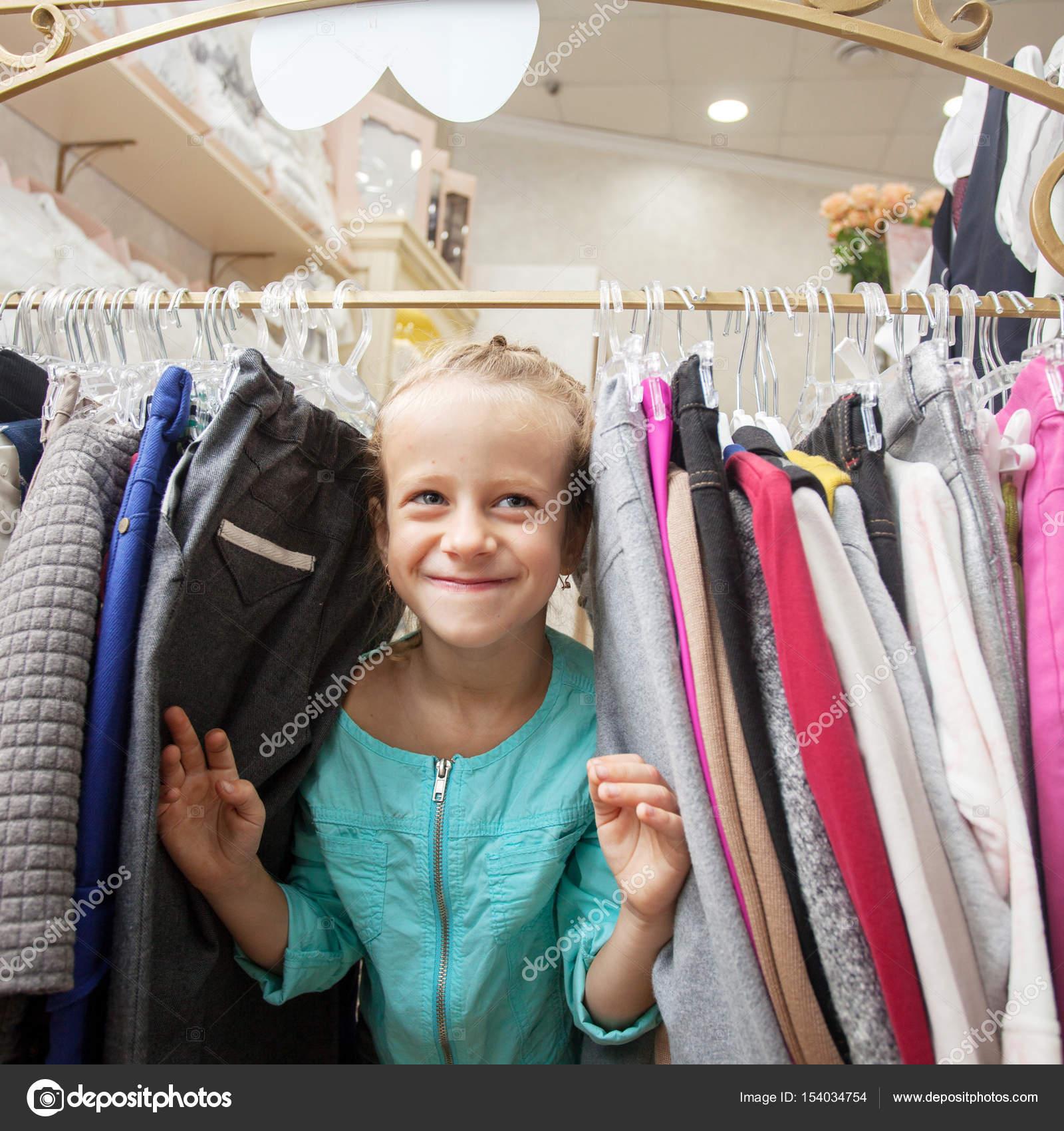 284a12007cc8 Το παιδί σε μια παιδική κατάστημα — Φωτογραφία Αρχείου © TatyanaGl ...