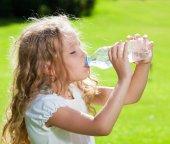 Fotografie Kind trinkt Wasser