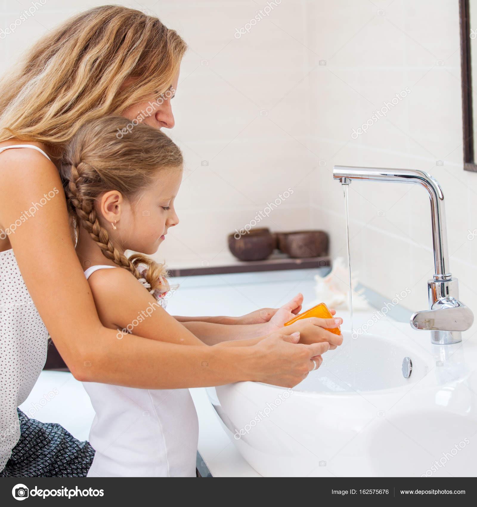 9-porno.ru Мама не удержалась когда мыла дочь
