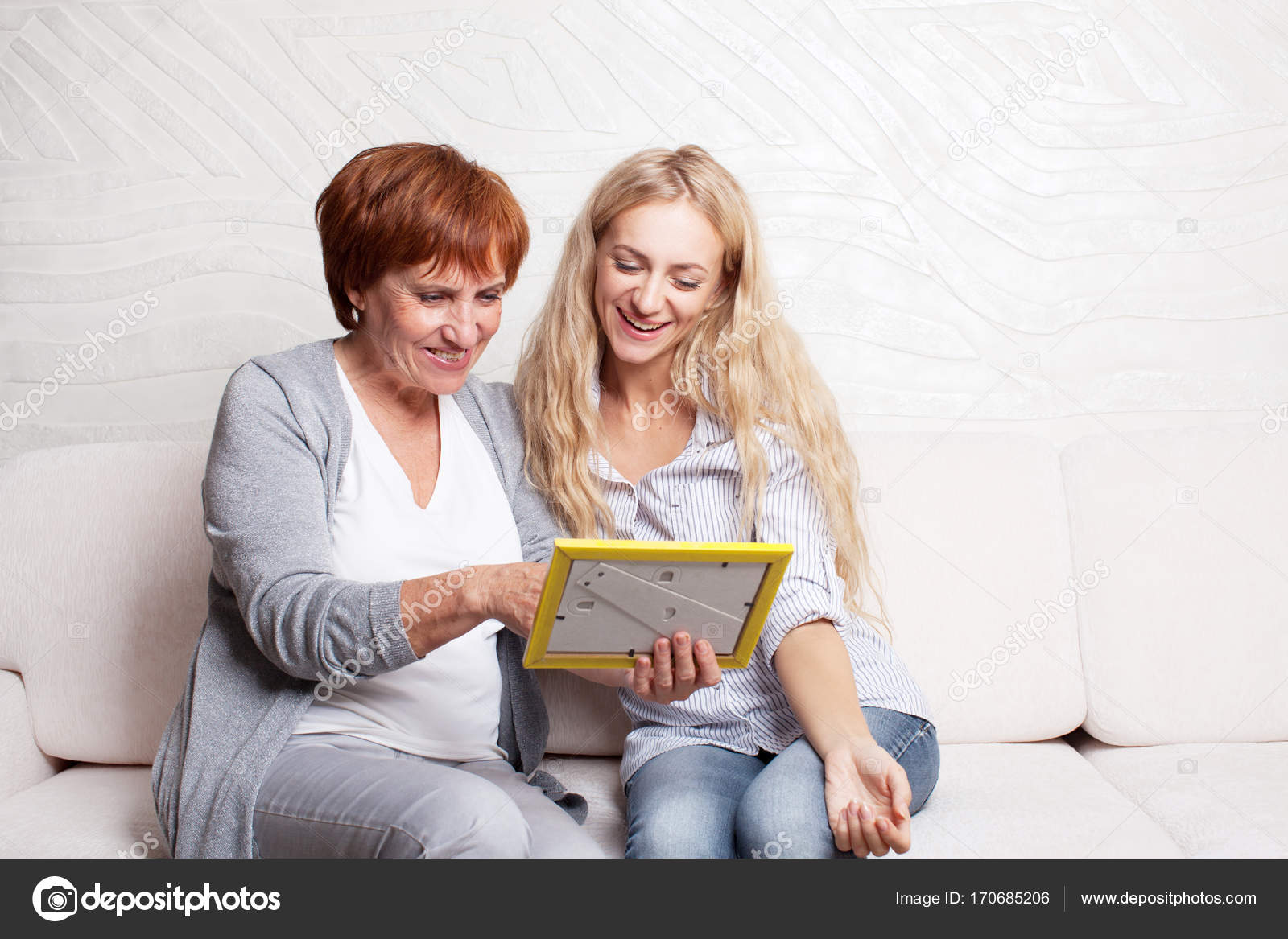 madre con hija mirando en el marco de la foto — Foto de stock ...