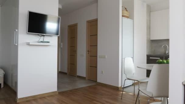 4 k. interiér moderní byt ve skandinávském stylu s kuchyní a pracovišti. Pohybu panoramatický pohled.