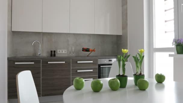 4 k. interiér moderní kuchyně ve skandinávském stylu. Panoramatický pohled pohybu s jablky a květiny.