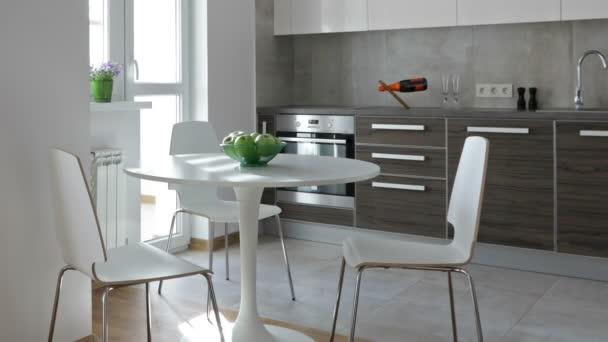 Intérieur de cuisine moderne dans un appartement neuf dans un style  scandinave. Vue panoramique de motion.
