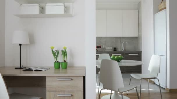 4 k Video kompilace. Interiér moderní byt ve skandinávském stylu s kuchyní a pracovišti. Panoramatický pohled pohybu s jablky a květiny