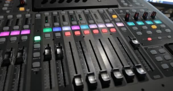 Mixážní pult s obrazovkou