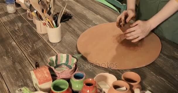 Erwachsene weibliche Potter Meister Vorbereitung des Tons auf Tisch, Nahaufnahme, Ansicht von oben