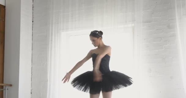 Anmutiges Mädchen übt Ballett im Studio